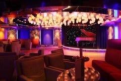 Piano grande no estágio do concerto no restaurante Foto de Stock