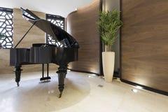 Piano i modern hotelllobby Arkivbilder