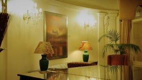 Piano laqué se tenant dans la chambre de luxe dans la faible lumière jaune, logement cher banque de vidéos