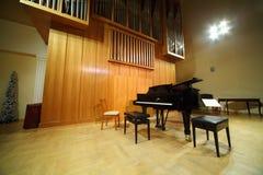 Piano magnífico del órgano y de concierto de tubo en pasillo Foto de archivo