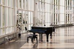 Piano magnífico en el pasillo Foto de archivo libre de regalías
