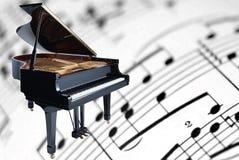 Piano magnífico en un fondo de la música de hoja imágenes de archivo libres de regalías