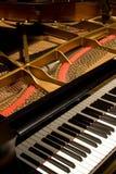 Piano magnífico con la cubierta abierta Foto de archivo libre de regalías
