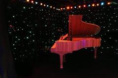 Piano magnífico en la etapa del concierto Fotos de archivo