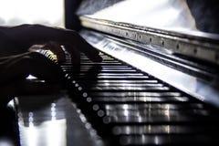 Piano met handen, selectieve nadruk en omhoog gesloten stock foto