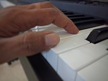 Piano muy viejo fotos de archivo