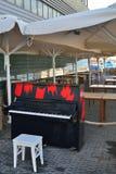 Piano negro con los puntos rojos Foto de archivo