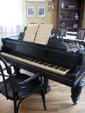 Piano negro en sitio Imagen de archivo libre de regalías