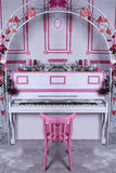 Piano och båge med blommor Royaltyfri Bild