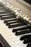 Piano och flöjt med guld- sken och notblad Skott på Canon 5D fläck II med främsta L linser Bekläda beskådar Arkivbild