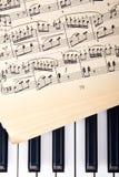 Piano och gamla musikanmärkningar Arkivbild