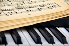 Piano och gamla musikanmärkningar Arkivfoton