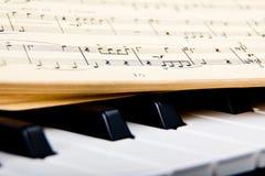 Piano och gamla musikanmärkningar Arkivbilder