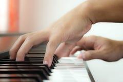 Piano och hand. Fotografering för Bildbyråer