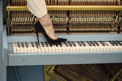 Piano och sexiga ben, musikalisk stil, grungeinstrument Fotografering för Bildbyråer