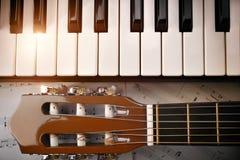 Piano och trimma överkanten för pinnegitarr- och notbladbakgrund Royaltyfri Bild