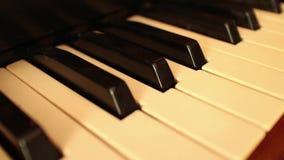 Piano-ORGAAN SLEUTELS (Dolly Move) - Diagonale Beweging langs sleutels en rug stock video