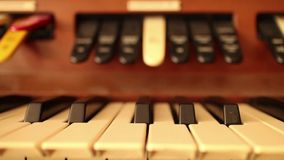 Piano-ORGAAN SLEUTELS (Dolly Move) - Dolly net langs uitstekend orgaan stock footage