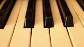 Piano-ORGAAN SLEUTELS (Dolly Move) - Dolly net toen terugkeer stock videobeelden