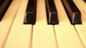 Piano-ORGAAN SLEUTELS (Snellere Dolly Move) - dolly langs sleutels van orgaan stock footage