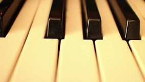 Piano-ORGAAN SLEUTELS (Snellere Dolly Move) - dolly langs sleutels van orgaan stock video