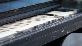 Piano oxidado velho fora Vista geral de um teclado de um piano velho Instrumento de m?sica antigo video estoque