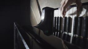 Piano, pianista delle mani che gioca musica video d archivio