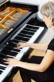 Piano que juega al jugador del pianista. Imagen de archivo libre de regalías