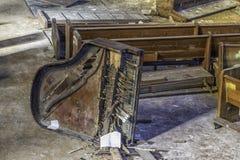 Piano quebrado en una iglesia abandonada imagen de archivo libre de regalías