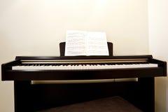 Piano in ruimte Royalty-vrije Stock Foto's