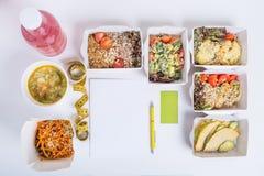 Piano sano di nutrizione Consegna quotidiana fresca dei pasti Alimento del ristorante per uno, verdura, carne e frutta in scatole Fotografie Stock