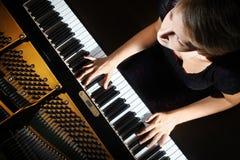 Piano som spelar pianistspelaren Arkivbild