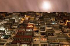 Piano sovraffollato in Hong Kong in una notte nuvolosa Immagini Stock Libere da Diritti
