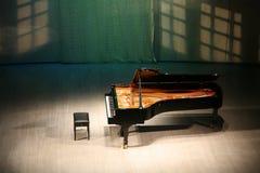 Piano sur la scène Photos stock