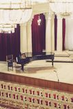 Piano sur la scène et chaises vides dans la salle de concert image stock
