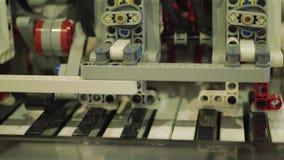 Piano van het robotspel, machine die, kunstmatige intelligentie de leren stock videobeelden