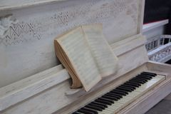 Piano velho com música impressa Imagem de Stock