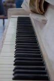 Piano velho com o livro de música gasto Imagens de Stock