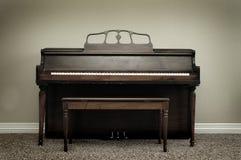 Piano velho do vintage na casa fotografia de stock royalty free