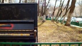 Piano viejo abandonado al aire libre imagen de archivo libre de regalías