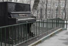 Piano viejo abandonado al aire libre foto de archivo