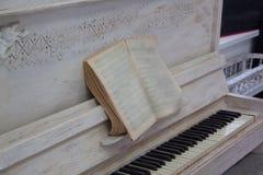 Piano viejo con música impresa Imagen de archivo