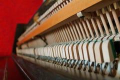 Piano viejo del interior en un fondo rojo, detalles de madera del vintage imágenes de archivo libres de regalías