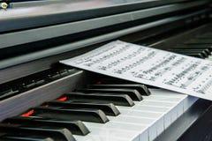 Piano y nota imagen de archivo libre de regalías