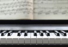 Piano y partitura foto de archivo libre de regalías