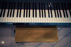 Piano y silla Imagen de archivo