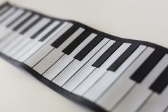 Pianodetaljskott på en vit tabell Royaltyfria Bilder