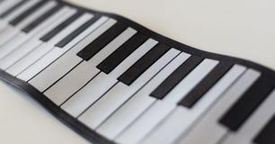 Pianodetaljskott på en vit tabell Arkivfoto