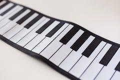 Pianodetaljskott på en vit tabell Royaltyfria Foton