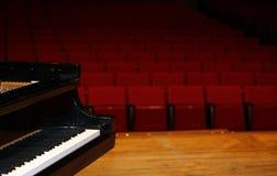 Pianoforte a coda in scena Fotografia Stock